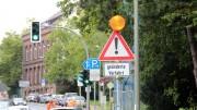 Durch ein Hinweisschild mit Blitzlicht warnt die Stadt vor der ungewohnten Verkehrsführung (Foto: RuhrkanalNEWS)