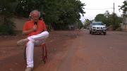 Dirk Glaser liest Henning Mankell mitten in Ouagadougou (Foto: RuhrknalNEWS)
