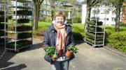 Heike Pfeiffer, Vorstandsassistentin der hwg, bei der Blumenausgabe im Rauendahl (Foto: RuhrkanalNEWS)