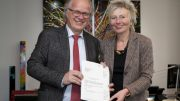 Bürgermeister Dirk Glaser(links) mit Regierungspräsidentin Diana Ewert (rechts) und Förderbescheid (Mitte) (Foto : Bezirksregierung Arnsberg)