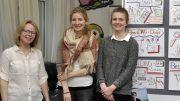 Nadine Rosemeyer vom Haus der Jugend, Nell Kniffka und Linda Hoberg freuen sich auf die Ausstellungseröffnung.   Foto: Stadt Hattingen