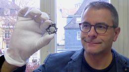Lars Friedrich mit Hundebrosche (Foto: Lars Friedrich)