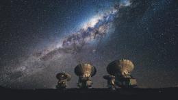 Vier ALMA Antennen auf dem Chajnantor Feld in Chile (Foto: Planetarium Bochum)