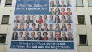 """Ein riesiges Plakat am Kammergebäude wirbt für den """"1. IHK-Zukunftstag"""" (Foto: IHK Mittleres Ruhrgebiet)"""