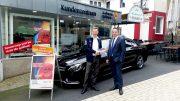 Gewinner Torsten Schulte gemeinsam mit dem Leiter für Markt und Vertrieb der Stadtwerke Hattingen, Steven Scheiker, vor dem Kundenzentrum am Obermarkt 1 (Foto: RuhrkanalNEWS)