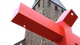 Das orange Kreuz von Holger Vockert auf dem Kirchplatz (Symbolfoto: RuhrkanalNEWS)