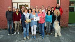 """Das Team der """"Alte Feuerwache"""" übergibt die Spenden an das Team des """"Kinderschutzbund"""" (Foto: Stadt Hattingen)"""
