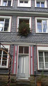 Klassische Weihnachtsbaumentsorgung durch das Fenster (Foto: RuhrkanalNEWS)