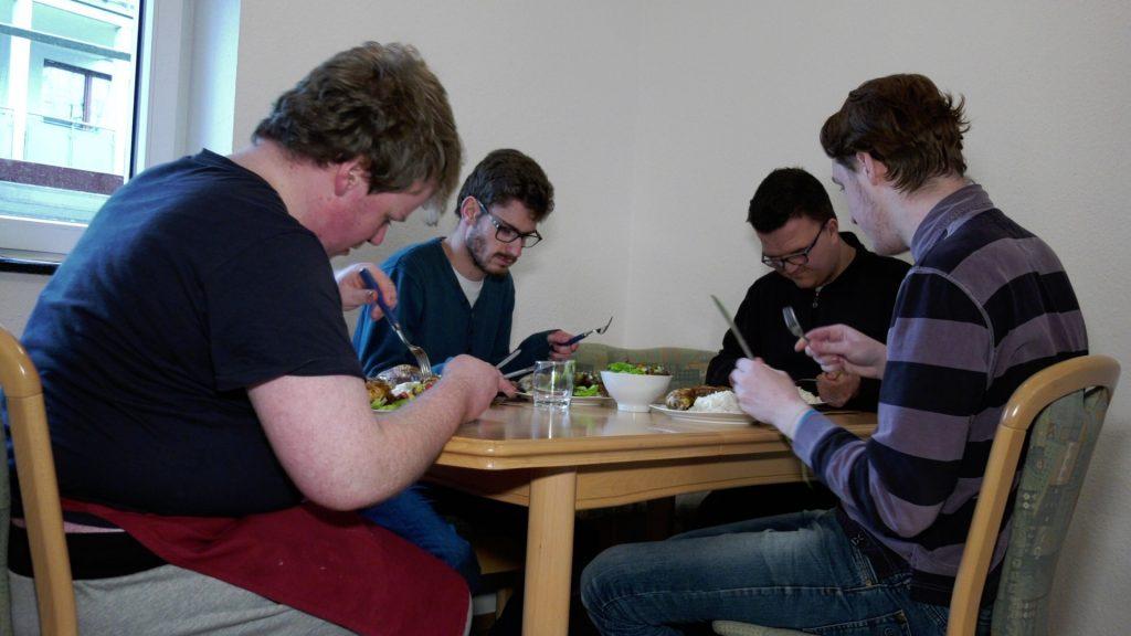 Gemeinsam kochen und essen (Foto: RuhrkanalNEWS)