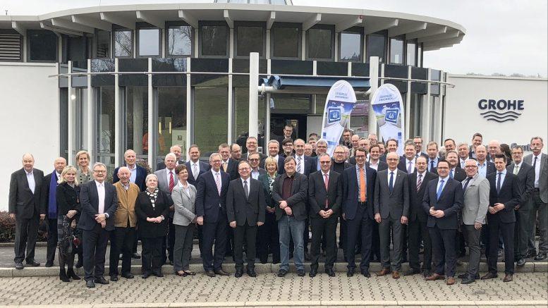 Im Grohe Technology Center in Hemer wurde auf Initiative der SIHK zu Hagen, der IHK Arnsberg, Hellweg-Sauerland und des DGB Region Ruhr-Mark das Bündnis für Mobilität für den Lückenschluss der A 46 gegründet. Mit dabei - neben zahlreichen Unterstützern - NRW-Verkehrsminister Hendrik Wüst. (Foto: SIHK)