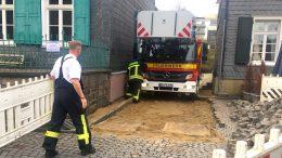 """Leiterwagen """"Christine"""" steckt in der Zufahrt fest (Foto: RuhrkanalNEWS)"""