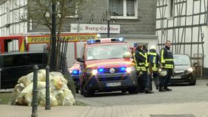 (RuhrkanalNEWS) Feuerwehrleute sichern die Einsatzstelle in Blankenstein